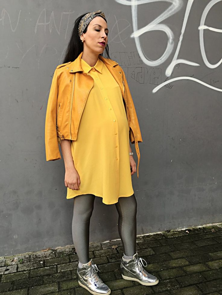 Maternity fashion: yellow and grey sporty look
