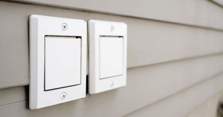 Cómo instalar un interruptor temporizador de tres cables y dos en la casilla de salida. Un interruptor automático te permite controlar la iluminación en una habitación programando el interruptor para que se encienda y apague en tiempos seleccionados. El interruptor automático se conecta de la misma manera que el interruptor estándar del cableado eléctrico de la casa. El tercer cable en el interruptor es para conectar a tierra el ...
