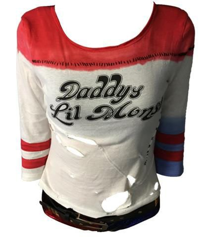 Camiseta Harley Quinn Daddy's Lil Monster. Escuadrón Suicida Harapienta  Camiseta de la villana Harley Quinn, basada en la batalla final con agujeros tal y como la podemos ver en el film. Un complemento ideal para completar tu disfraz.