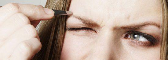 Fest im Griff: Dieser Trick macht Augenbrauen-Zupfen viel leichter! - BRIGITTE