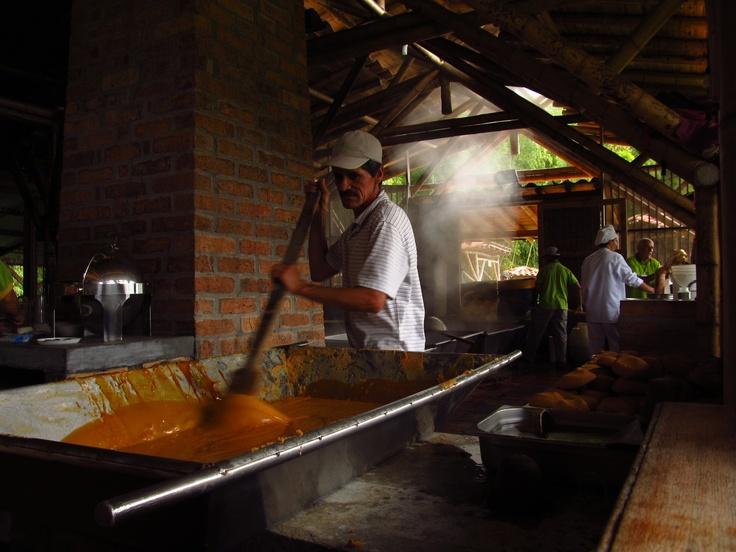 Fabricando dulces en La Molienda