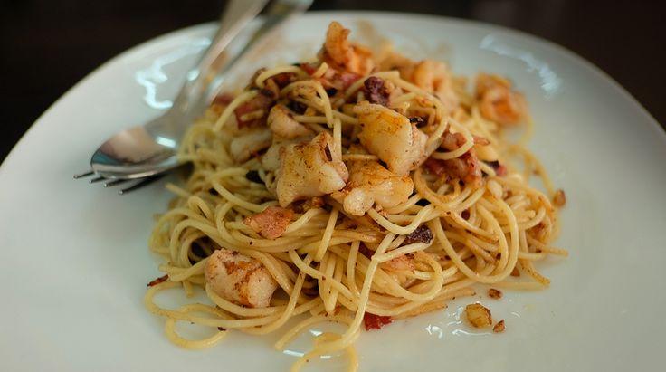 Spaghetti bacon, pomodorini e gamberi, un primo perfetto per ogni occasione. L'uso della pasta integrale, del pesce e dei pomodorini freschi rendono questa