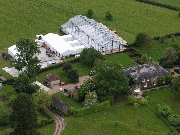 rodzinnego domu Middleton w Bucklebury, Wielkiej Brytanii, gdzie gigantyczny namiot konserwatorium w stylu dominuje otaczające ogrody.  Trwają przygotowania do zbliżającego się ślubu Pippa Middleton James Matthews.
