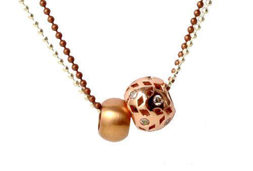 Kuglekæde-halskæde med rosegold perler. Til denne halskæde er der brugt følgende materialer:  1 stk. 1,5 mm forsølvet kuglekæde, ca 80 cm. 1 stk. 1,5 mm kobberfarvet kuglekæde. ca 80 cm 1 stk. 10 mm rødforgyldt stålperle med stort hul 1 stk. rødforgyldt messingperle med zirkonia.  smyks.dk   smyks.com   smyks.de