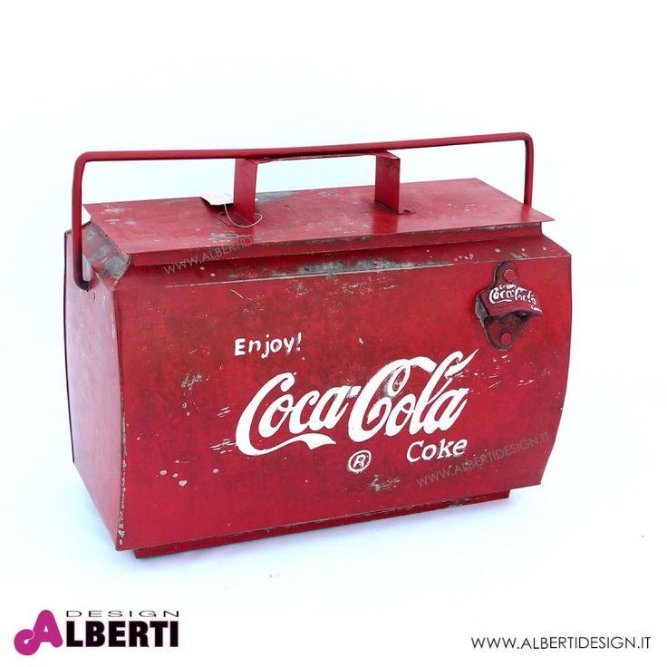 Contenitore Coca Cola per bottiglie e ghiaccio 43x24x30 cm Lo si può portare pieno di bottiglie dove si vuole questo bellissimo complemento Coca Cola. Completo di apri bottiglie laterale