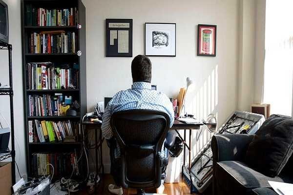 تحو ل نموذج العمل من المنزل في الأشهر الأخيرة ومنذ بداية تفشي جائحة فيروس كورونا إلى نموذج مثالي للعمل في ظل هذه الجائحة وت Microsoft Home Corner Desk