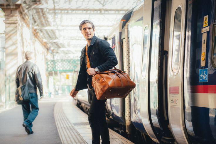 In pelle Duffle Bag, uomo della notte, pelle Duffel, Carry classico Lite sacca da viaggio, bagaglio leggero, trasportare il bagaglio, borsa da uomo marrone di BennyBeeLeather su Etsy https://www.etsy.com/it/listing/469879428/in-pelle-duffle-bag-uomo-della-notte