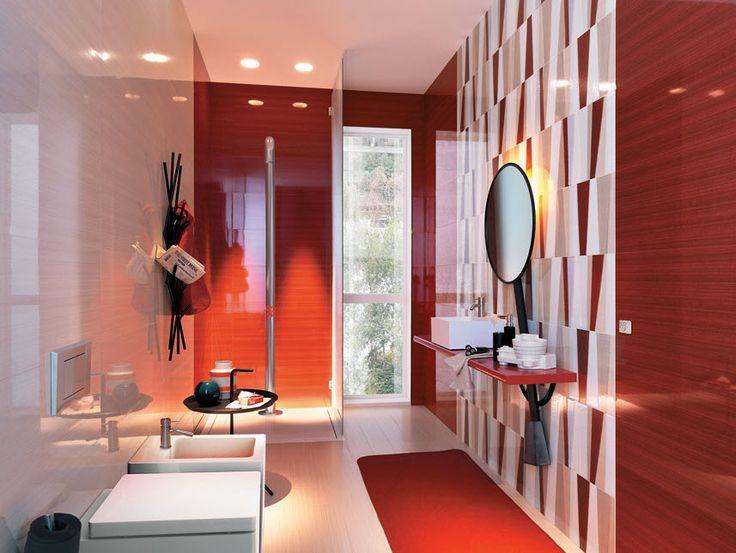 brillante cuarto de bao con azulejos rojos y sanitarios blancos