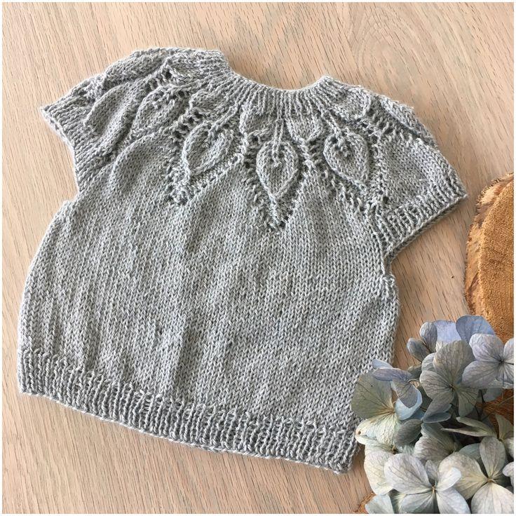 En lille Dahlia top er strikket færdig i en lille fin baby størrelse. Den er lagt i Momsekassen til alle de andre strikkede ting til kommende børnebørn.