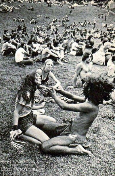 """Cultura: Hippie, 1970. Tendo como o lema """"Paz, amor e Rock and Roll"""", o movimento hippie veio contra a cultura da época, contra a ingenuidade, marcou-se a liberdade dos jovens, numa apologia à diversão e ao estilo musical ."""