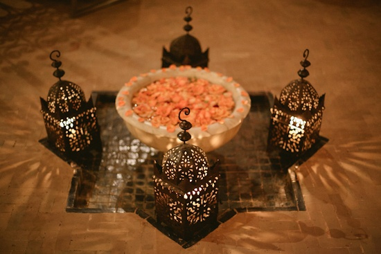 fountain, roses and lights / La Maison Arabe, marrakesh (Morocco) - photography by Tyssia
