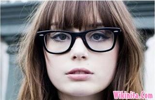 Menggunakan kacamata biasanya membuat para wanita menjadi malu. Padahal sebenarnya dengan frame kacamata yang bagus dapat menunjang penampilan. Cari tahu model frame kacamata minus terbaru buat wanita disini