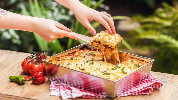 Na lasagních je nejlepší výrazná masovo-rajčatová omáčka a kopec rozteklého sýra. Napadlo vás ale někdy ubrat podstatnou část kalorií tím, že vynecháte těstoviny a bešamel a naopak přidáte zeleninu?