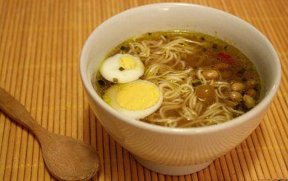 Ramen con verdure piccanti - Una squisita zuppa tipica della cucina giapponese, il ramen, preparato con gli spaghettini, la lonza di maiale e tante verdure piccanti stufate.