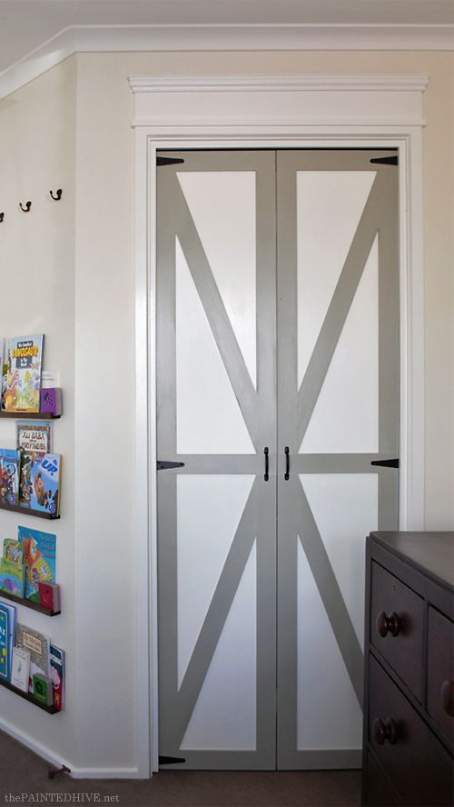Who wouldn't want to spice up their boring bi-fold doors? Here's a tutorial on how to turn them into beautiful barn doors!