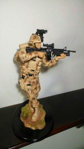 Figura militar infante en el desierto