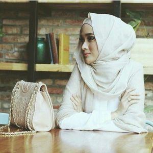 Pilih hijab dengan style yang simple untuk memberikan nuansa gaya yang casual