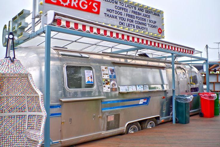 ここは、道の駅さかいの中にあるキャンピングトレーラーを改造したカフェCORG'S。 エアストリーム社製のトレー…