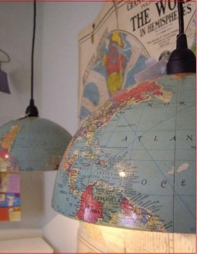 een lampenkap van wereldkaarten.  leuk idee voor lampenkappen !!