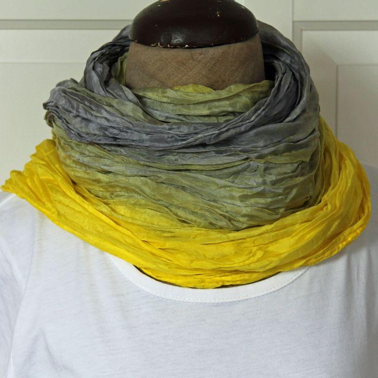 Šedožlutá hedvábná šála Hedvábná vrapovaná šála o rozměrech 180 x 90 cm barvená reaktivními barvami, a to šedostříbrnou a jasně žlutou. Díky použití reaktivních barev, které pronikají do vlákna a neulpívají pouze na povrchu, zůstává hedvábí lesklé a hebké. Šála dostatečně velká na bohaté omotání kolem krku, nebo ji můžete nosit přes ramena, nebo ...