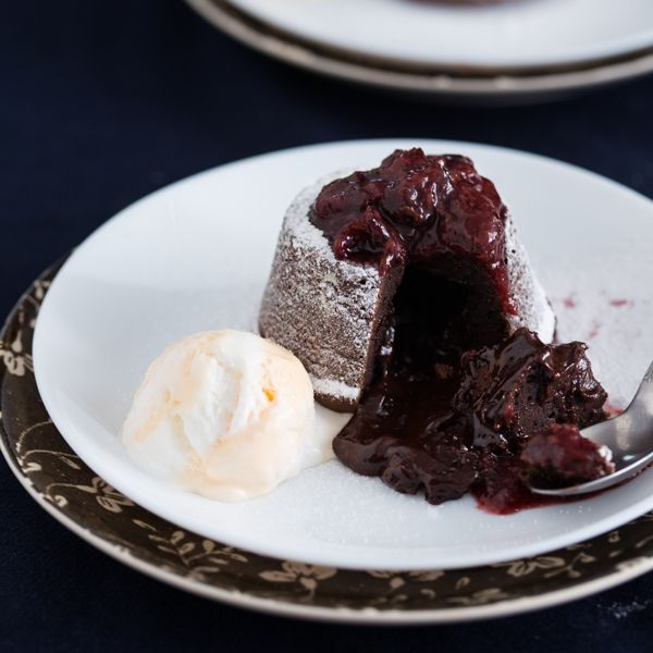 Czekoladowe ciastka molten lava cake, z płynnym wnętrzem, podane z domowa konfitura i lodami waniliowymi.