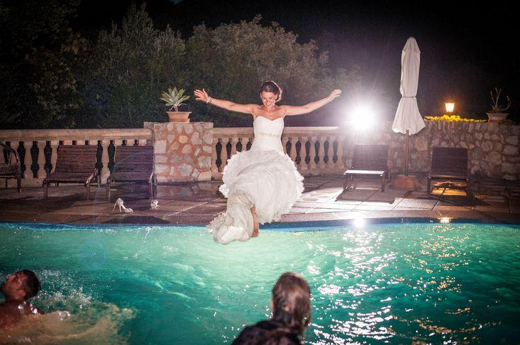 Die Braut springt in den Pool