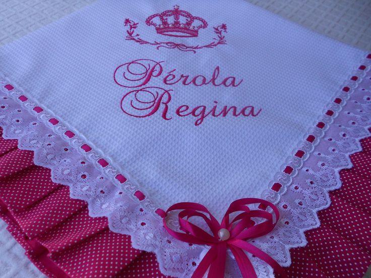 Manta de Piquet bordada a máquina forrada com tecido 100% algodão,acabamento em tecido tricoline e passa fita.