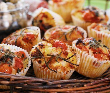 Otroligt goda matmuffins fyllda med knaprig bacon och krämig getost. Perfekt att servera som tilltugg på mingelfesten eller att avnjuta på picknickfilten.