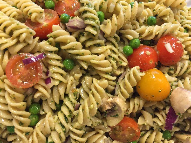 Endnu en pastasalat til samlingen. De ligner nok hinanden meget men i får den alligevel ? 1 pose Kogte pastaskruer 200 g. Cherrytomater, halveret 150 g. Ærter 1-2 rødløg, hakket 250 g. Champions i kvarte pesto se link.Pesto med basilikum Start med at lave pestoen og kog og afkøl pastaen. Bland det hele sammen og…