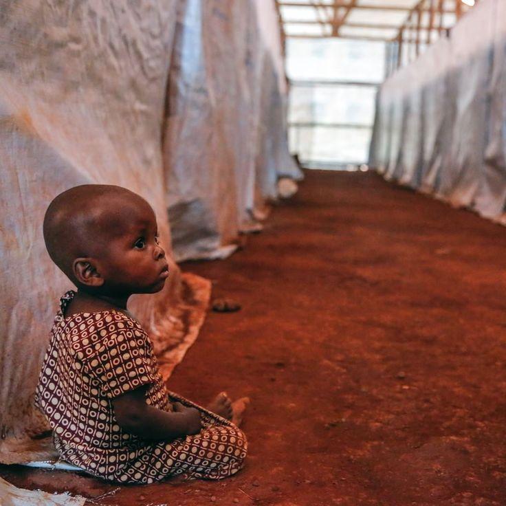 Au camp de Nyarugusu, les personnes réfugiées restent dans une grande tente en attendant que les autorités tanzaniennes s'occupent de leur demande. _________ #MSF #Tanzanie #Afrique #Réfugiés #Nyarugusu #Enfant #Urgence #Humanitaire #Aide _________ © Louise Annaud/MSF