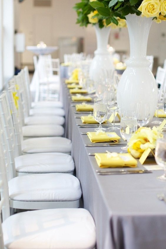 Une table chic avec le duo jaune et gris http://www.savethedeco.com/blog/idees-deco-pour-vos-fetes-et-accessoires-originaux/yellow-je-veux-une-touche-de-soleil-dans-ma-decoration-2