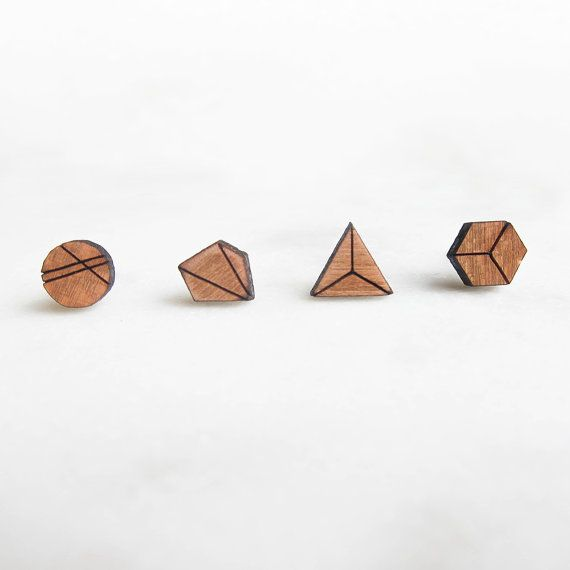 The shape stud earrings are made of cherry plywood and have a fine engraving.  They come in 4 different shapes: You can choose from left to right between the following: Circle, triangle, Pentagon and Hexagon  The wooden plugs are laser cut, engraved, ground and then refinished with a fine scalpel.  Earth square: 8-9 mm  Material wood shape: cherry plywood 3 mm, laser cut polished / brass Material plug: stainless steel / brass nickel free