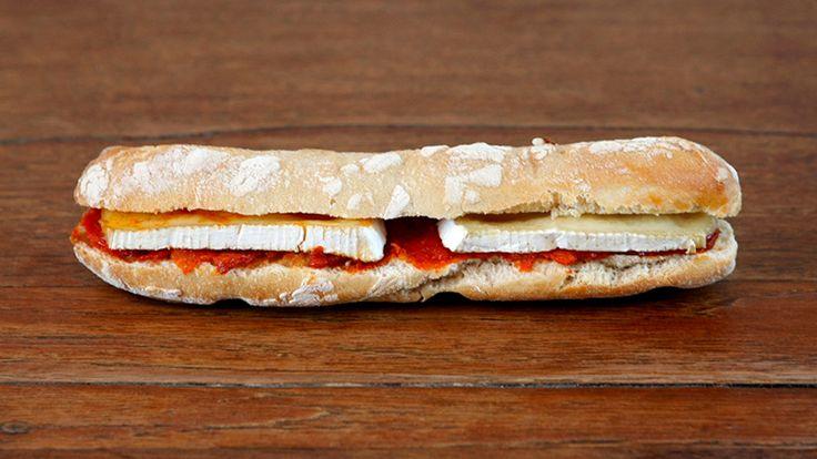 SOBRASADA Bocadillo de sobrasada con queso brie.