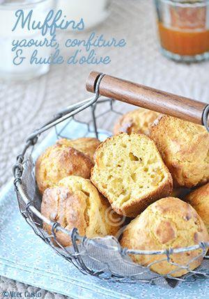 Cette recette de muffins associe le yaourt et la confiture pour apporter un incroyable moelleux. L'huile d'olive, en petite quantité, donne un léger parfum, original pour qui n'a pas l'habitude, et les écorces d'oranges confites, facultatives mais nous on adore, diffusent leur délicieux arôme.