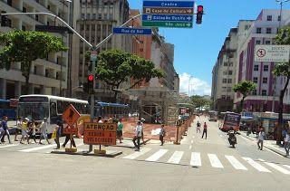 """Pregopontocom @ Tudo: BRT DE RECIFE Uma """"gambiarra"""" anunciada do governo...  BRT do Recife já é uma decepção mesmo antes de começar a operar O caso do BRT do Recife é um desses exemplos em que o desastre está sendo planejado. Não teremos um sistema segregado do automóvel, em algumas estações não teremos embarque e desembarque em nível e pagamento antecipado. Ah, também não teremos ar-condicionado em algumas estações,"""