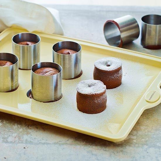 Chokoladefondant af Mette Blomsterberg. Se i øvrigt http://www.dr.dk/tv/se/det-soede-sommerliv/det-soede-sommerliv-chokoladefundant