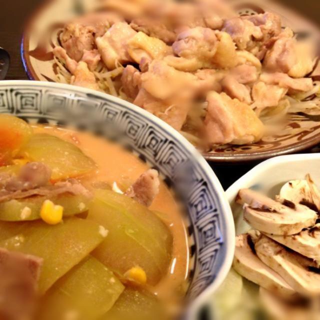 引き続きスイカ皮の料理。 ココナッツをいれて梅雨時のジメジメぶっとばせ!豚肉と生姜も入って元気でます。  333ビールが飲みたい。。。 - 5件のもぐもぐ - エスニック調献立。スイカの皮でココナッツ味噌煮、鶏モモ肉ソテーもやし添え、マッシュルームサラダ。 by Puffi3037