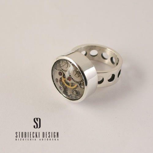 ZEGARKI POD MIKROSKOPEM II-  pierścionek kryształem górskim i mechanizmem zegarkowym Biżuteria Pierścionki stobieckidesign