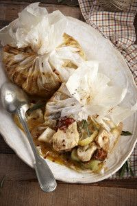 Chicken with mustard, leeks and tomatoes in paper