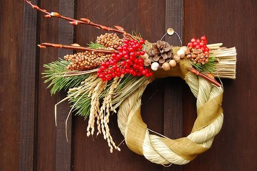 New Year's Wreath with rice grain and pines.