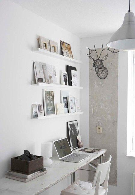 In een witte werkkamer is er voldoende ruimte voor al je inspiratie boven je bureau