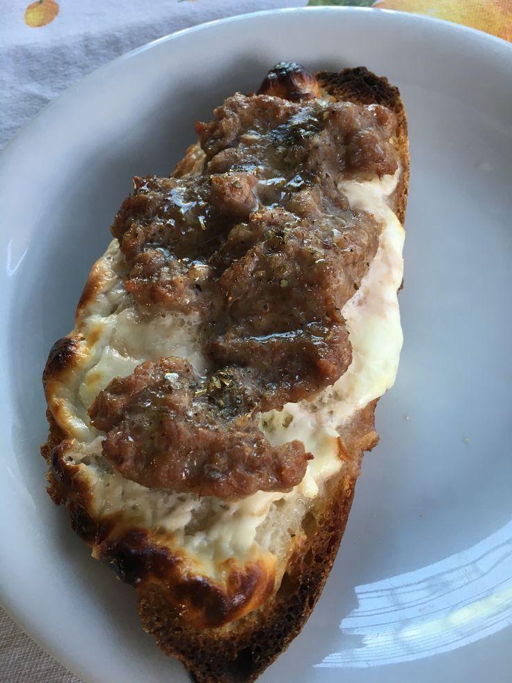 Bruschette ricche con salamella & crescenza – Sausage & Cheese bruschette