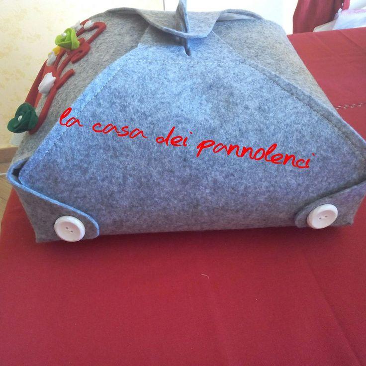Portatorta in feltro con decorazioni, by La casa dei pannolenci, 38,00 € su misshobby.com
