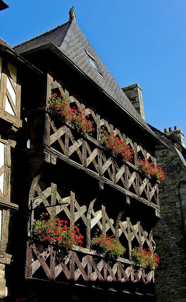 Belle façade avec bois ajouré dans les rues de Tréguier. Côtes d'Armor, Bretagne.