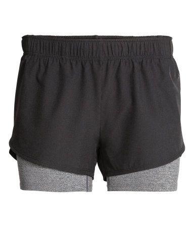 En lett løpershorts i hurtigtørkende funksjonsmateriale som puster. Shortsen har ekstra vide ben med omslagslagte sider for maksimal bevegelse og komfort. Elastikk og snøring i midjen. Skjult nøkkellomme i linningen i mesh. Fôret med kort tights.