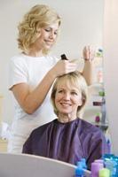Cómo agregar mechas oscuras a un cabello canoso