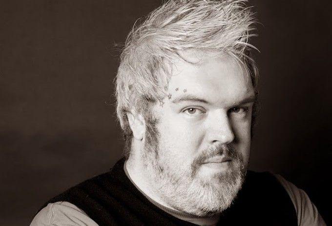 """O ator irlandês e DJ Kristian Nairn, de 38 anos, conhecido por interpretar """"Hodor"""" na série de sucesso da HBO, Game of Thrones, hojefalou pela primeira vez sobre a sua homossexualidade, numa entrevista concedida ao blog """"Winter is Coming"""", voltado aos fãs da série. Segundo o ator, ele nunca escondeu isso, só estava esperando alguémLei mais"""