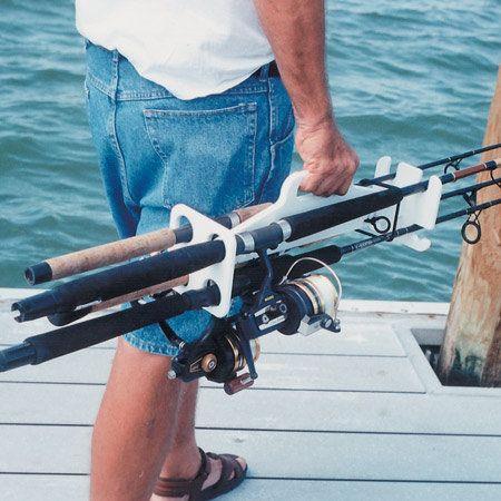 Cuidando muito bem das tralhas de pesca.