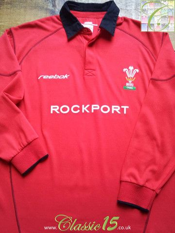 Relive Wales' 2002/2003 international season with this vintage Reebok home long sleeve rugby shirt.