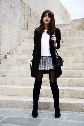 Maxi casaco preto, blusa branca, saia xadrez, meia calça, bota over the knee, bota de cano alto